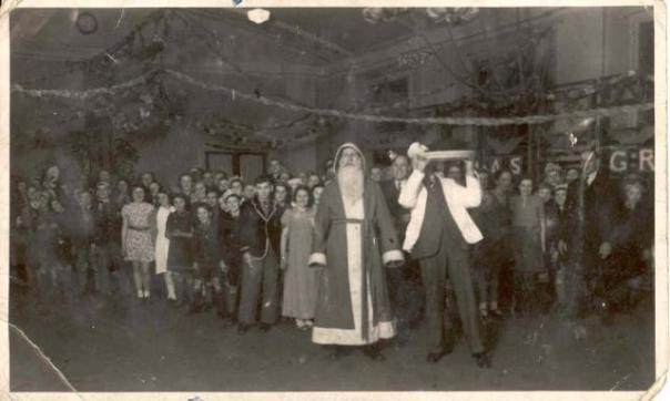 a-gt-yarmouth-evacuees-xmas-party-mid-_nicholas_priory_school_evacuees_christmas_party__frederick_milner_school__retford_1940_mid