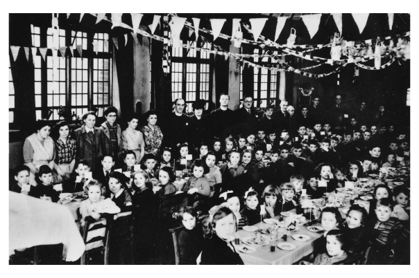 cheadle hulme evacuees having christmas dinner.jpg
